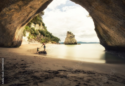 Stickers pour portes Cathedral Cove People at Cathedral Cove beach in New Zealand