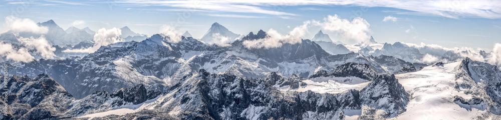 Fototapeta large panorama sur une chaîne de montagne enneigées des Alpes suisses