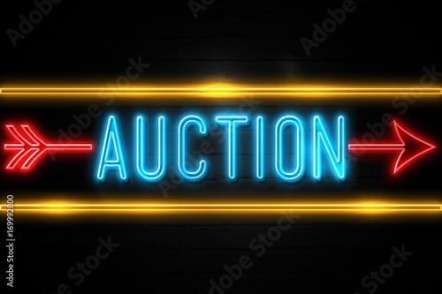 Auction  - fluorescent Neon Sign on brickwall Front view Lerretsbilde
