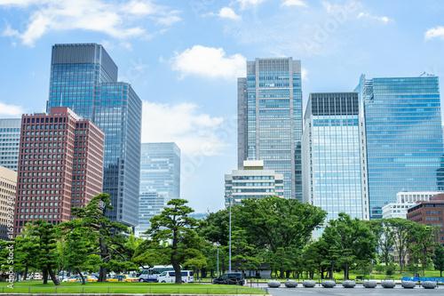 皇居前広場と丸の内高層ビル群