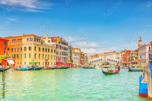 Widoki na najpiękniejszy kanał Wenecji - ulice wodne Grand Canal, łodzie, gondole, dwory wzdłuż. Włochy.