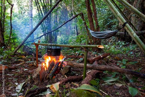 Valokuva  Kochen am Lagerfeuer im Dschungelcamp in mitten des Regenwaldes