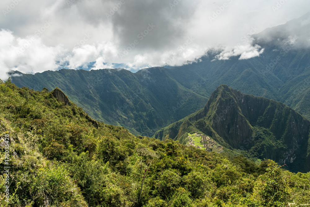 Fototapeta Machu Picchu unter Wolkendecke - obraz na płótnie