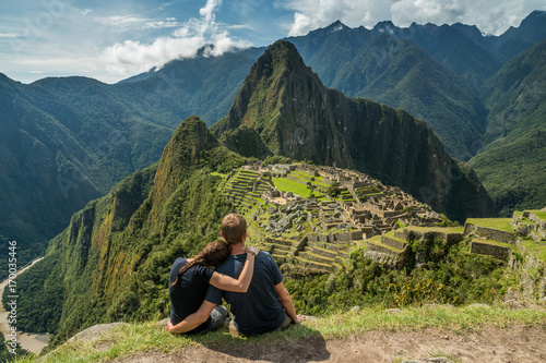 Door stickers South America Country Paar geniesst Aussicht auf Machu Picchu