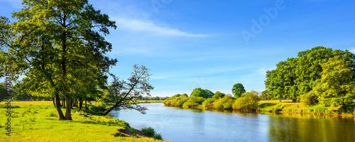 Foto auf Gartenposter Fluss Sommerliche Landschaft mit Wiesen und Fluss