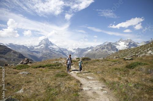 Randonnée en famille au pied du mont Cervin Fototapet
