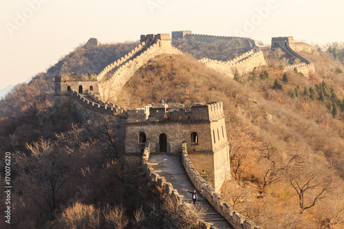 Carta da parati Tourist with open arms at the Great Wall of China