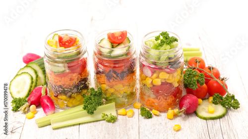 salatka-jarzynowa-w-sloikach-na-bialym-tle