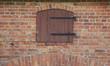 kleine alte Holztür in einer Ruine