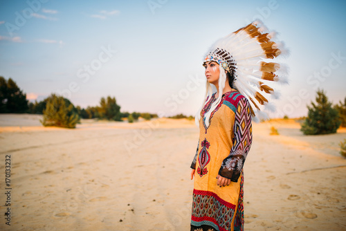 Photo Young American Indian woman in traditional costume