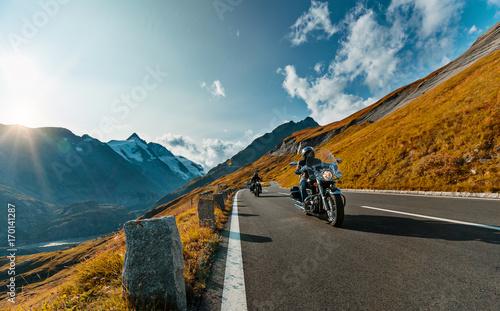 Plakat Kierowca motocykla jazda w Alpine autostrady na słynnej Hochalpenstrasse, Austria, Europa.
