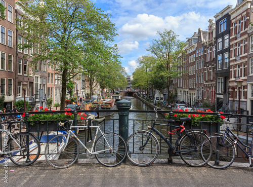 Fototapeta Amsterdam rowery-na-moscie-w-amsterdamie