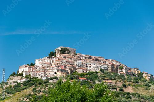 Photo Stadtansicht von Castellabate vor blauem Himmel
