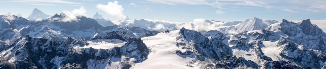 Fototapetapanorama sur les chaines de montagnes des Alpes avec un glacier au centre