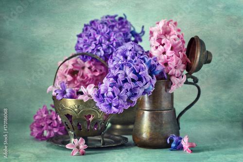piekna-kompozycja-kwiatow-w-ciekawych-wazonach-na-turkusowym-gradientowym-tle