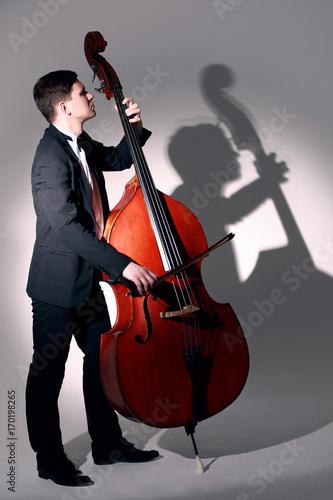 Fototapeta Kontrabasista grający kontrabas Muzyk jazzowy