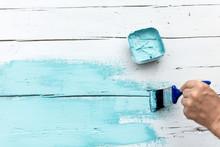 Flatlay, Mann Streicht Kreidefarbe Auf Holz, Weiß Und Blau Mit Textfreiraum