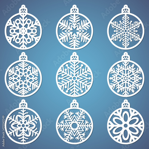 Fotografía  Christmas balls set with a snowflake cut out of paper
