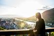 junge Frau bei Sonnenuntergang in Heidelberg
