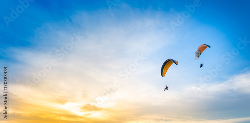 Spoed Foto op Canvas Luchtsport sunset sky background with paramotor