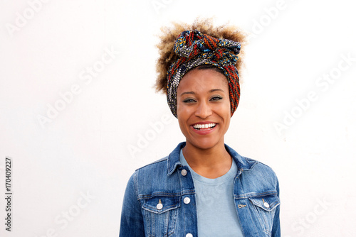 Photo Close up smiling black woman wearing headscarf standing against white background