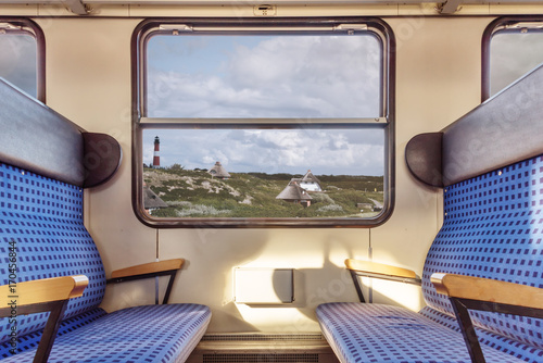 Plakat pusta komora pociągu z widokiem na oryginalny krajobraz przez okno