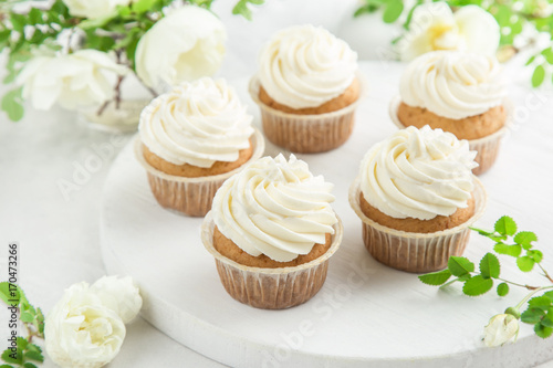 Photo  delicious vanilla cupcakes with cream cheese frosting