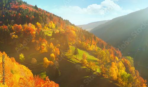 Sonnenuntergang in den Bergen im Herbst