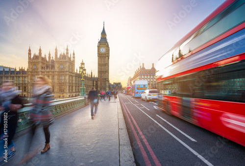 Türaufkleber London roten bus London, England - The iconic Big Ben and the Houses of Parliament with famous red double-decker bus and tourists on the move on Westminster bridge at sunset