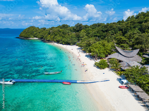 Fotografia Aerial view or top view of tropical island beach with clear water at Banana beac