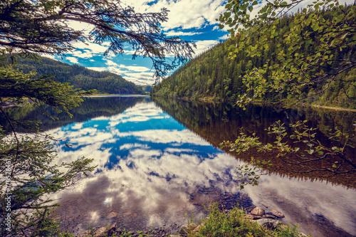 Plakat Skalisty brzeg halny jezioro w jesień ranku. Piękna przyroda Norwegii. Odbicie nieba w jeziorze