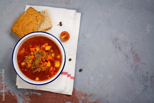 Foto Bowl of traditional hungarian goulash soup. Copy space