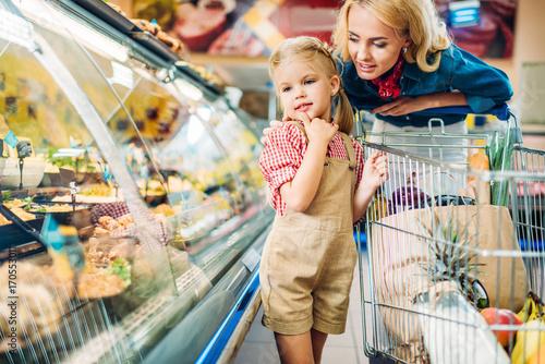 Plakat matka i córka w supermarkecie