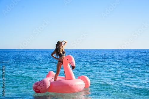 dziewczyna na flamingu