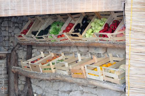 Skrzynki z warzywami na straganie owocowo-warzywnym w Dalmacji.
