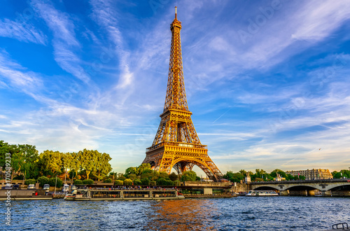 Poster de jardin Tour Eiffel Paris Eiffel Tower and river Seine at sunset in Paris, France. Eiffel Tower is one of the most iconic landmarks of Paris.