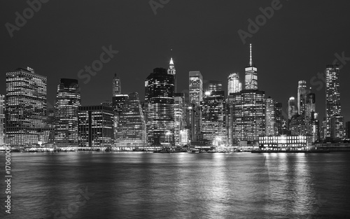Spoed Foto op Canvas Bruggen Black and white picture of Manhattan skyline at night, New York City, USA.