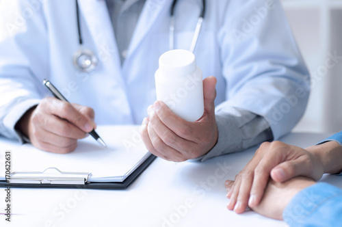 madicine doctor giving pills to patient at a hospital / clinic Fototapet