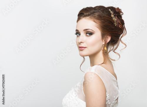 Fotografía Young pretty caucasian bride in wedding dress