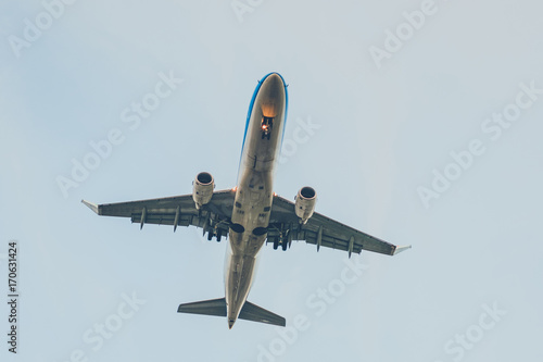 Photo  airplane from beneath , aircraft flying from below