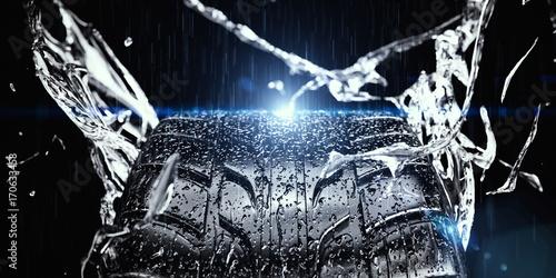 Fényképezés  nasser Reifen im Regen mit spritzendem Wasser