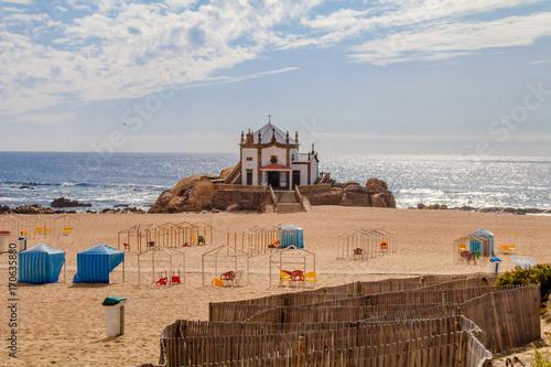 Foto op Aluminium Zalm Vista da Capela da Senhora da Pedra na Praia de Miramar em Gaia Portugal