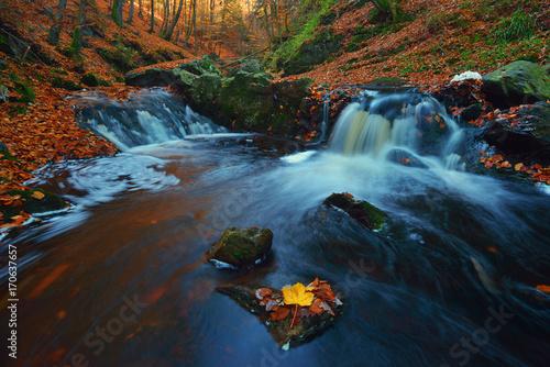 magia-jesieni-potok-plynacy-w-gorach