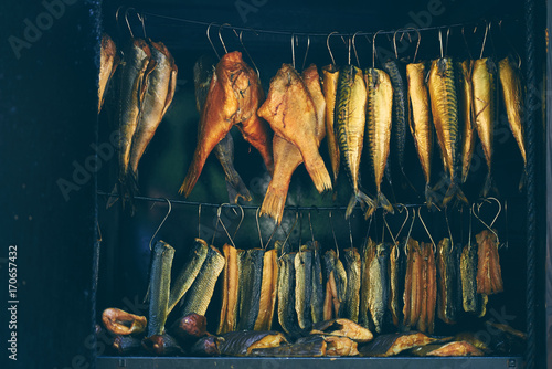 In de dag Vis Fish Smoking Process, marine fish in smokehouse