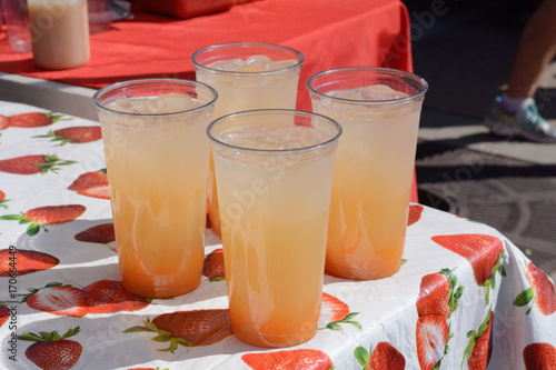 Photo Lemonade stand with drinks of cantaloupe ade ready to serve at farmer's market l