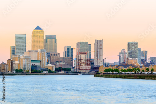 Spoed Foto op Canvas Verenigde Staten Pink sunset at Canary Wharf in London