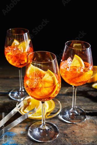 Spoed Foto op Canvas Bar Lemon, citrus spritz cocktails on dark timber