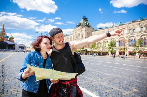 Obraz na płótnie Couple tourists sightseeing city with map