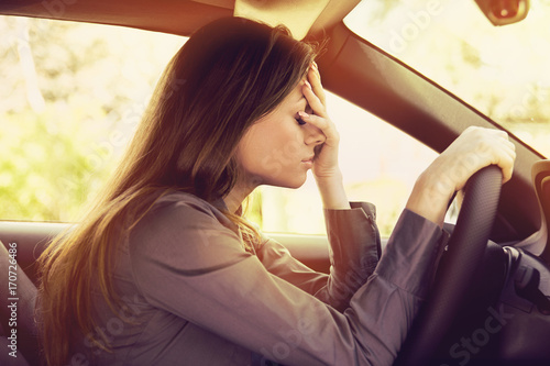 Fotografía Stressed woman driver sitting inside her car