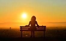 Yalnız Bekleyen Kadın Silueti